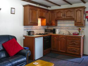 Deanwood self catering holiday cottages, Squirrel Cottage, kitchen area.