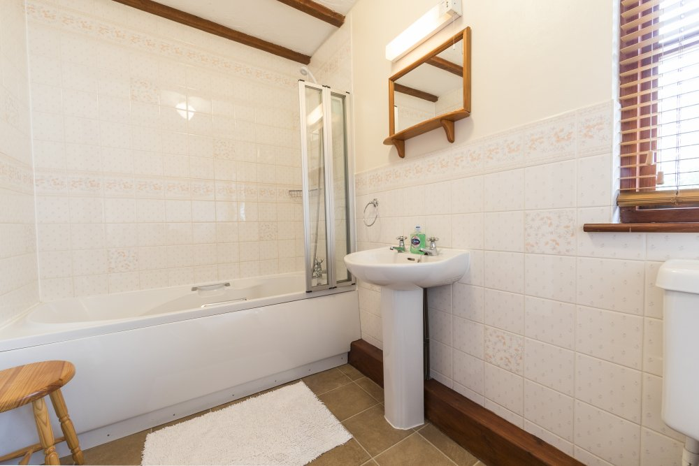 Forge Cottage bathroom, Deanwood self catering holidays, Forest of Dean